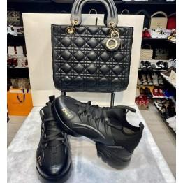 Дамска чанта и спортни обувки